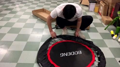 开箱测评小型蹦床,60多块钱值吗?150斤的体重还能弹起来不?