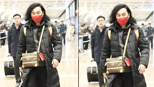 48岁陈志朋又放飞自我,发型凌乱气质颓废,黑棉袄红口罩十分抢镜