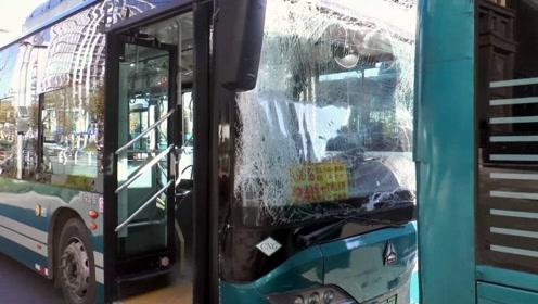 公交车到站急刹车致后车追尾,五名乘客不同程度受伤!