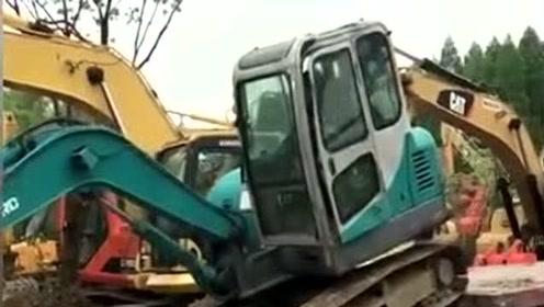新手开挖掘机上车,看着司机的臀部都觉得疼!