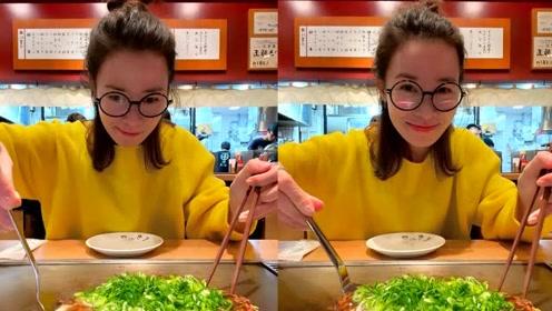 佘诗曼黑框眼镜配丸子头显清纯 认真制作美食称找回成功感