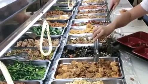 这就是富士康厂子的员工餐,非常的丰盛,对待员工的待遇还不错!