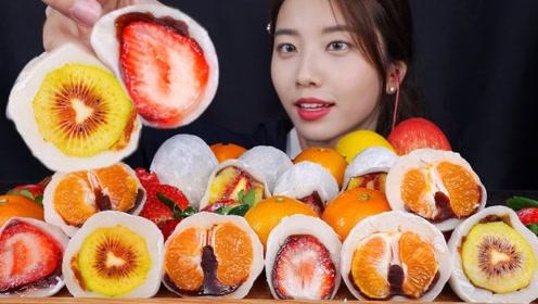 美女吃播吃水果夹心糯米糍,水果和豆沙香甜软糯,吃的太过瘾了!