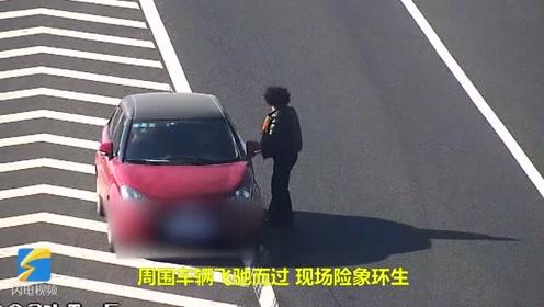 """违停倒车拦车,滨德高速一女司机上演""""神操作"""""""