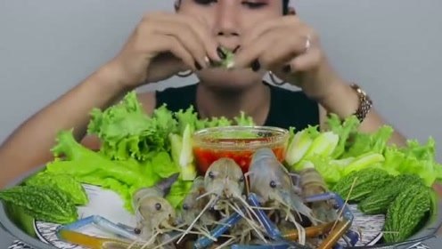 泰国美女生吃蔬菜视频,蘸着辣椒油吃,一起看看吧