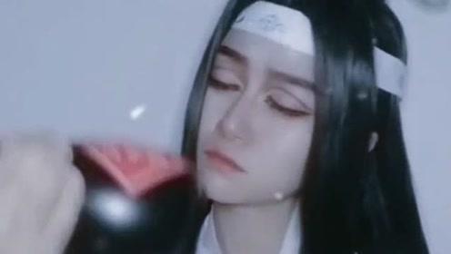 喝他喝过的酒,受他受过的伤,这个小姐姐难道是失恋了吗?