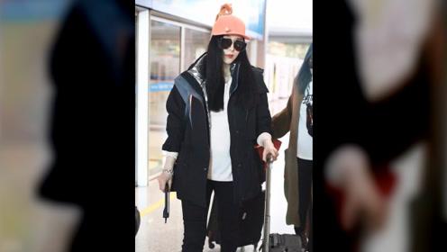 范冰冰现身机场与粉丝甜笑合影法令纹明显,时尚资源现已全部恢复