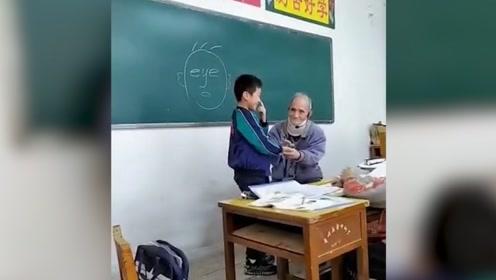 九旬英语老师带颈椎支撑器讲课走红,网友:热爱教育事业的好老师