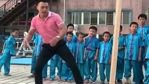武术大师表演踢木棍,结果连续两次都没有成功,这就有点尴尬了!
