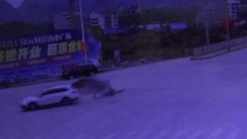 监拍:十字路口发生车祸,直行车未礼让右方车辆负全责