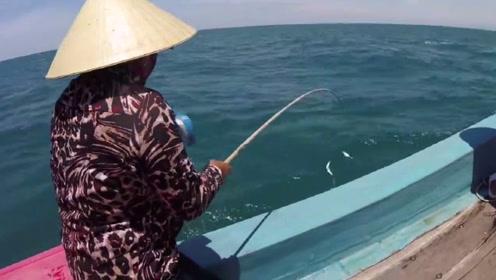 这就厉害了,渔民大妈闲来无事,给我们演示了什么叫钓鱼