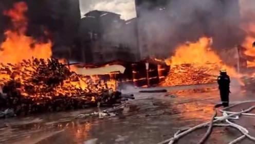 广东清远一木材厂起火 现场有三个油罐 现场转移了三栋居民楼人员