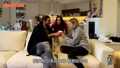 外国女孩爱吃醋吗?看男友和闺蜜聊天,女孩的反应太真实了