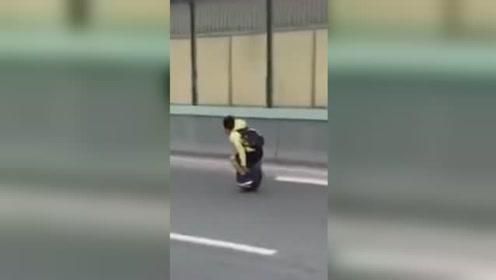 惊奇新操作!男子竟然骑独轮车上公路