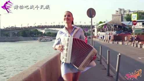 """不愧是俄罗斯""""手风琴女王""""!女演奏家的街头表演,路人都看呆了"""