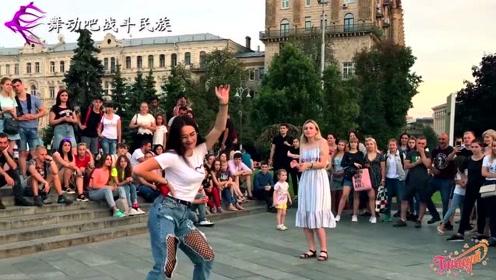 """一上场就放""""大招""""!乌克兰女孩广场""""斗舞"""",叫好声一浪高过一浪"""