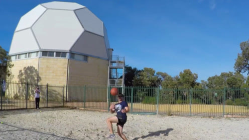 45米高空扔篮球,老外在地上接着,胳膊立马就被打肿了!