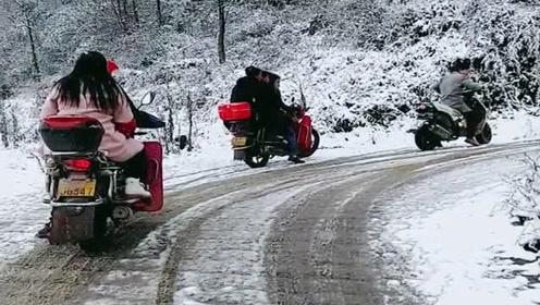 农村下雪道路结冰了,村民们骑着摩托车出门赶集,看着太危险了!
