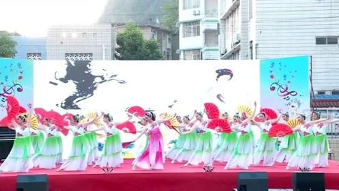 乡村举办的文艺舞蹈比赛,小姐姐们跳最火的《青花瓷》一跳成名!