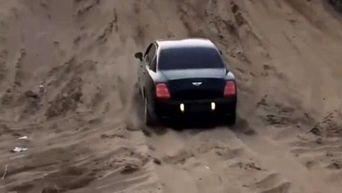 宾利遇上狠心司机,油门一踩就想上沙坡,5秒后精彩发生!