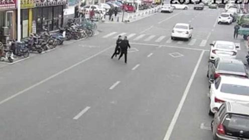 两狱友联手专偷单身女性手机,被民警当街飞扑擒获