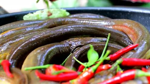 农村兄弟野外抓黄鳝,现在做美食,谁敢吃这个?