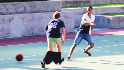 当街脱别人的裤子,随后转身就跑,猜猜他会不会挨打?