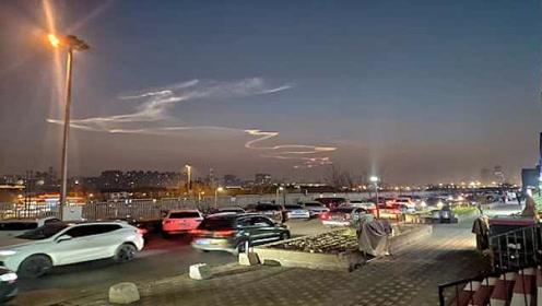 北京天空现龙状祥云引市民争相拍摄