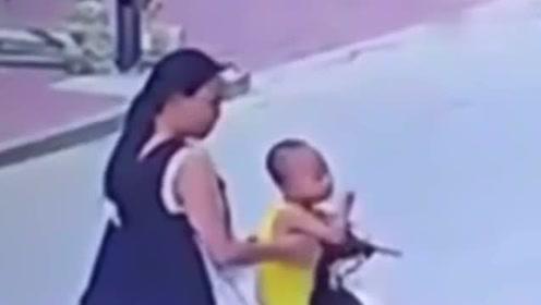妈妈路边与人聊天,突然不对劲了,这回孩子被她坑惨了