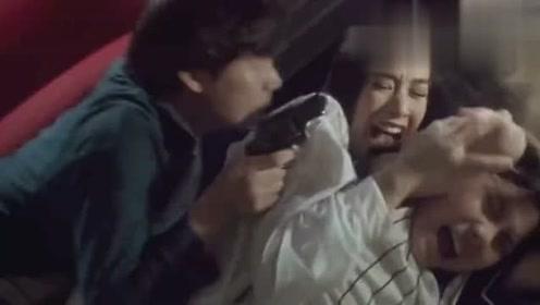 杀手趁着半夜偷袭女主人,谁知保镖利用手电筒杀了他们