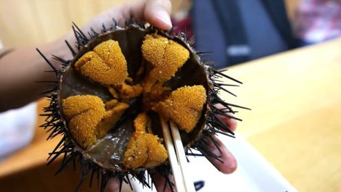 日本街头活海胆,100块钱2个现场切开就吃,完全不用蘸芥末
