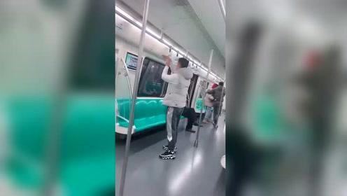 地铁偶遇这一幕,虽然知道这时候笑别人不好,但是我真的没忍住!