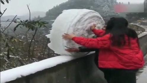 这俩人为了滚一个大雪球车都不坐了,现在尴尬了吧!