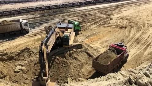 挖掘机装卸车!工作效率就是高!