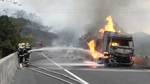 货车高速起火30余吨纸烧成灰烬,消防连续扑救8小时灭火
