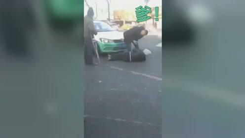 """发生争执乘客一怒之下横躺车前 的哥百般无奈狂喊""""爹"""""""