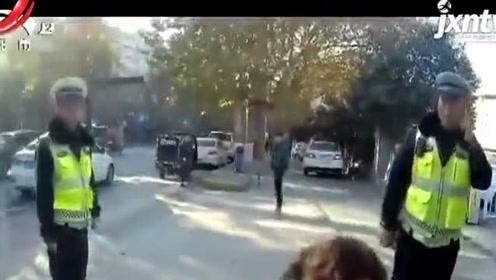女子要求撤销违停处罚被拒 辱骂并殴打辅警被刑拘