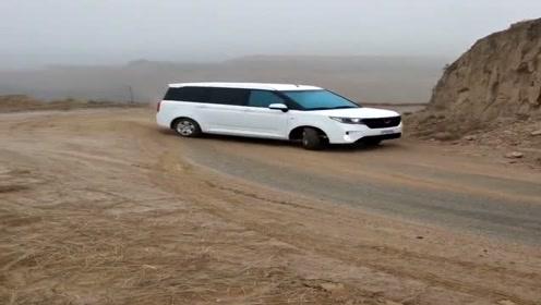 加大版五菱宏光山路漂移,司机的这一波操作太牛了,不愧是神车!