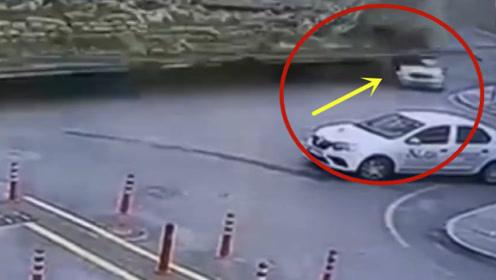 轿车怎么也没想到,会遭遇这样的意外!当场被活埋