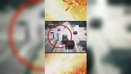 """惊险!皮卡路口""""礼让行人"""",下一秒竟被""""超速""""面包车撞向行人"""