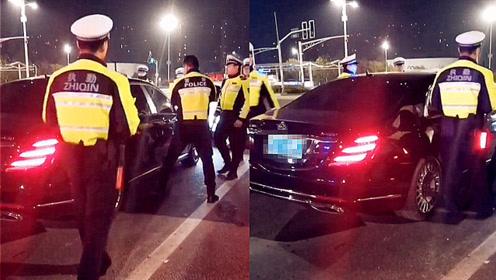 实拍:南京一奔驰迈巴赫司机加速冲卡 交警果断拦截破窗抓人