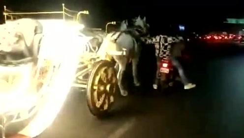 男子骑摩托车追赶失控马车遭碾压 过程犹如电影情节一般