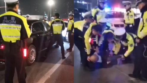 南京奔驰男疑似酒驾躲避检查,闯关百米后被拦,交警破窗制服