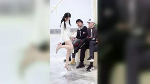 对这种穿高跟鞋好看的女生,男生是不是没有任何抵抗力?