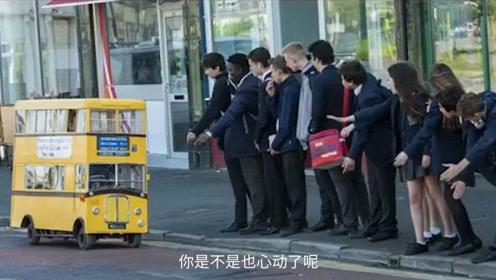 75岁老大爷打造最小双层巴士,车上只能坐两人,满电续航30公里!