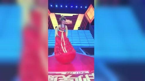 不倒翁小姐姐走进天津卫视,和主持人娇羞的互动,太有大唐女子风范了!