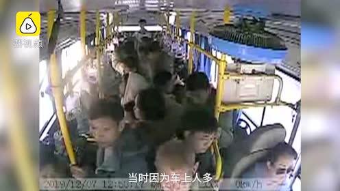 监拍:七旬老人强抢公交方向盘,已被警方控制