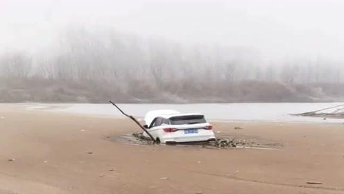 老司机在冰上玩越野,结果不小心掉下去了,希望大家引以为戒!