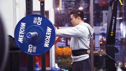 200斤胖小伙健身变肌肉帅哥,24岁娶乌克兰美女,人生经历令人唏嘘