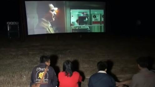 """为了让去世的祖先""""享受享受"""",泰国华裔请人到家族墓地放电影"""